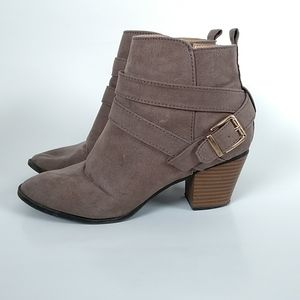 Express women's faux suede light grey ankle booties size 6